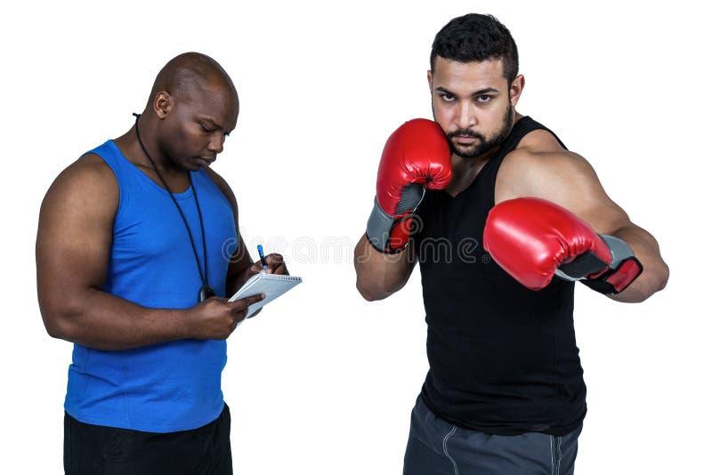 Treinador de encaixotamento com seu lutador fotos de stock