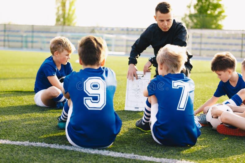 Treinador de futebol Coaching Kids Sessão de formação do futebol do futebol para meninos novos imagens de stock royalty free