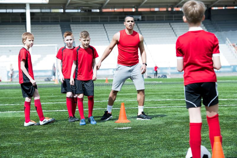 Treinador de futebol considerável Giving Instructions foto de stock
