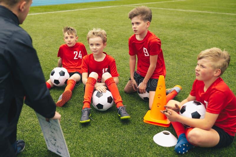 Treinador de futebol que treina crian?as Sess?o de forma??o do futebol do futebol para crian?as foto de stock royalty free