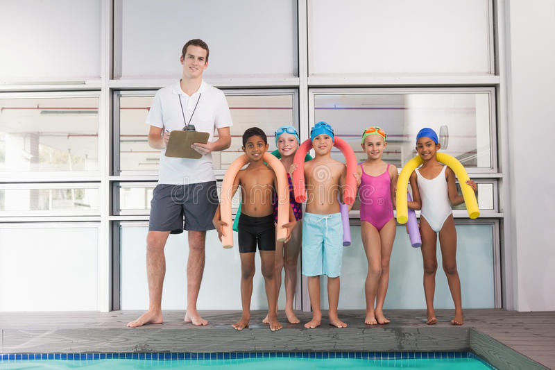 Treinador nadador com sua piscina dos estudantes fotos de stock royalty free