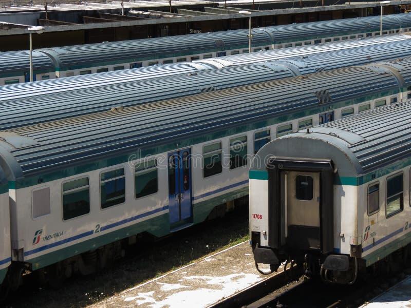 Treinadores do trem em uma estação em Siena imagens de stock royalty free