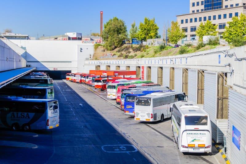 Treinadores e ônibus no terminal de ônibus no Madri imagens de stock royalty free