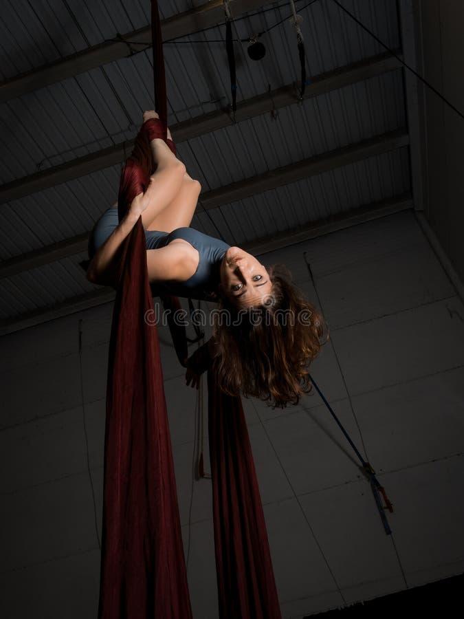 Treinamento aéreo gracioso da mulher do dançarino no circo fotos de stock royalty free