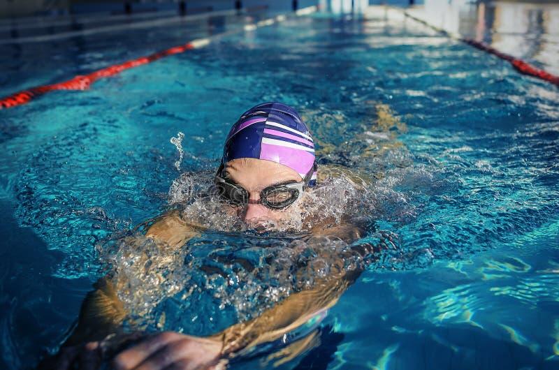 Treinamento apto do nadador na piscina fotografia de stock