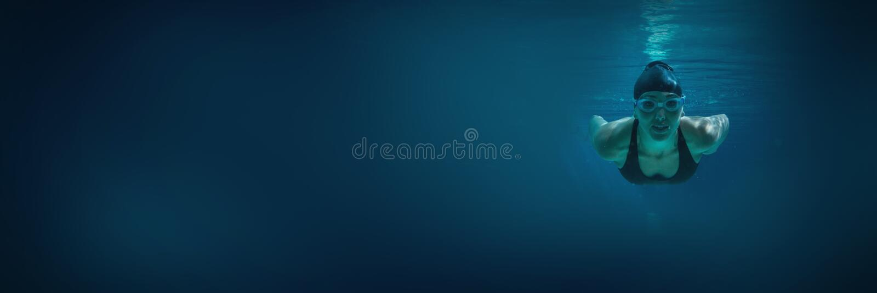 Treinamento atlético do nadador no seus próprios imagens de stock