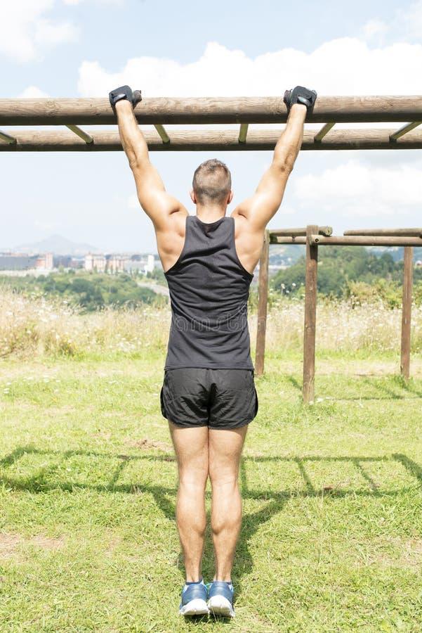 Treinamento atlético e exercício do homem, exteriores imagem de stock