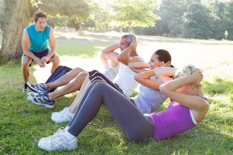 Treinamento atlético feliz do grupo imagens de stock royalty free
