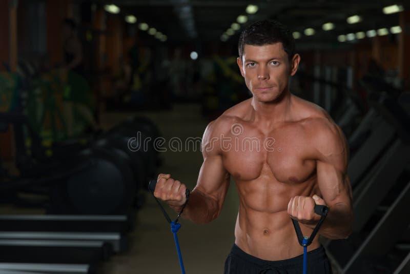 Treinamento atlético no clube de aptidão, vista dianteira do homem imagens de stock