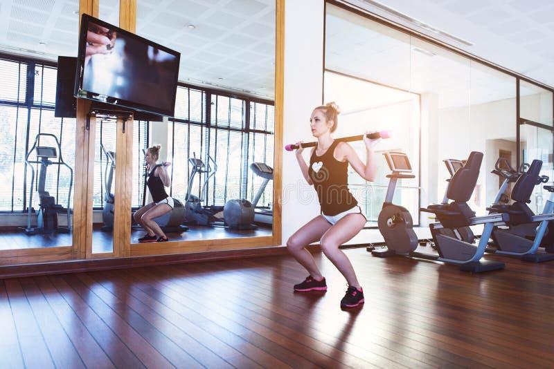 Treinamento bonito da jovem mulher no gym fotografia de stock