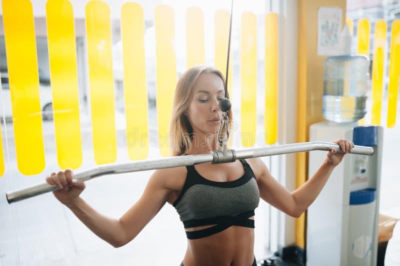 Treinamento bonito da jovem mulher no gym foto de stock