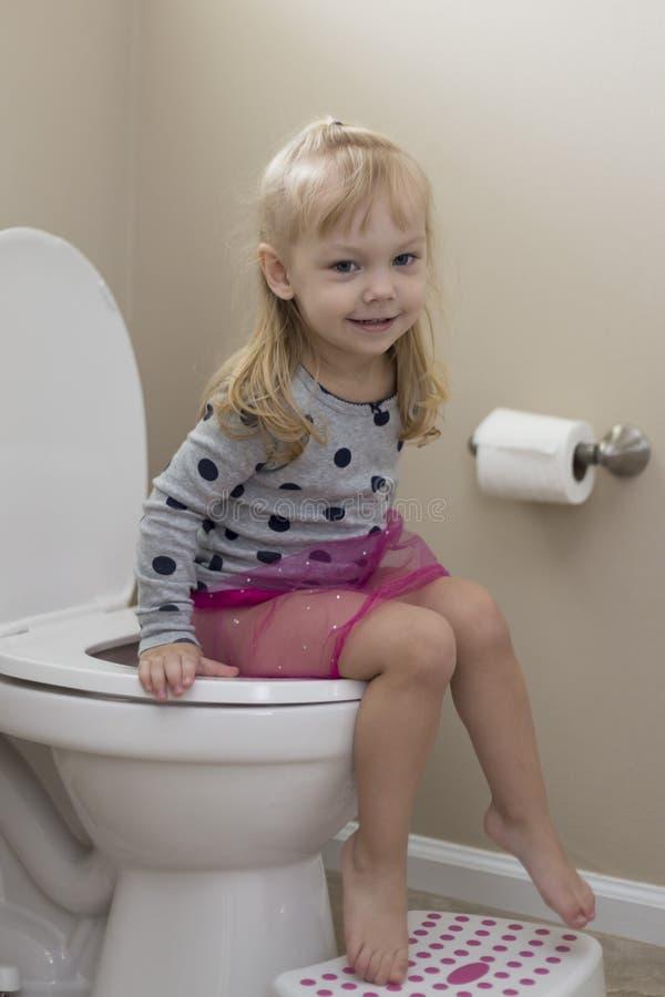 Treinamento bonito do urinol da menina fotografia de stock