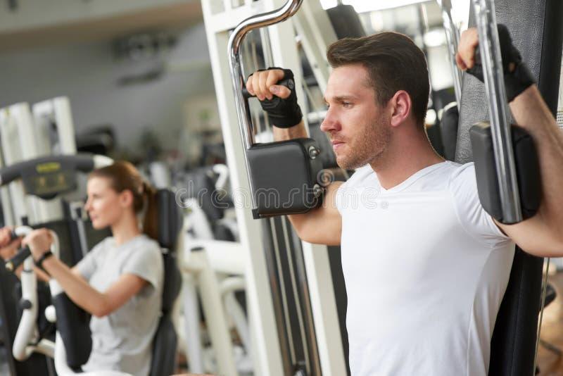 Treinamento considerável novo do homem no gym imagem de stock royalty free
