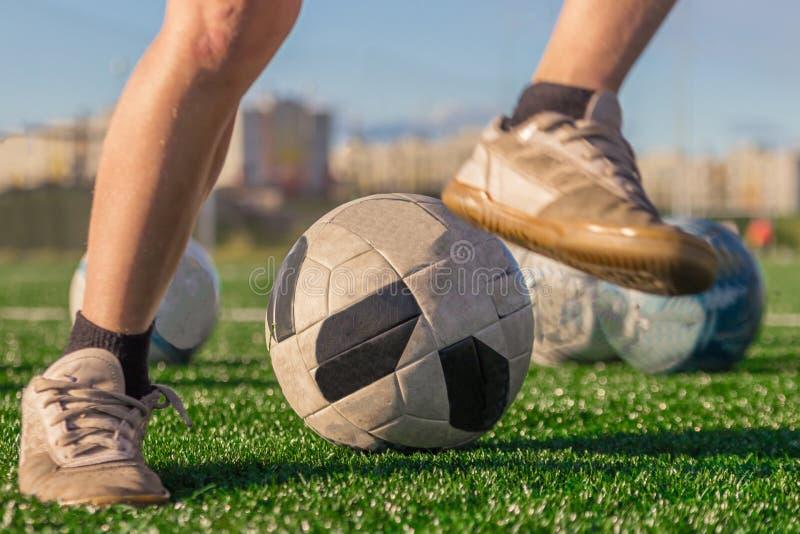 Treinamento da equipa de futebol nacional Pés de um menino nas botas a imagens de stock royalty free