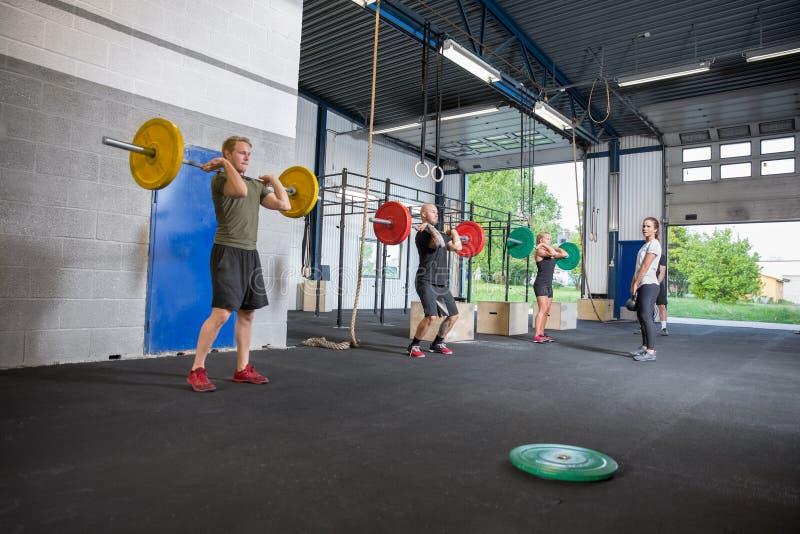 Treinamento da equipe do exercício no centro do crossfit fotografia de stock