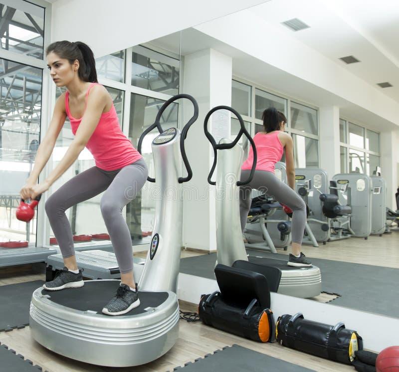 Treinamento da jovem mulher no gym foto de stock royalty free