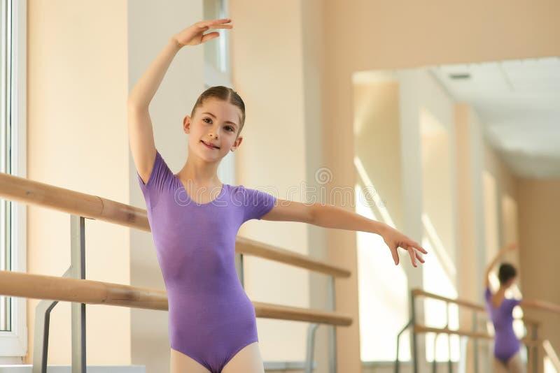 Treinamento da menina na escola profissional do bailado fotos de stock royalty free