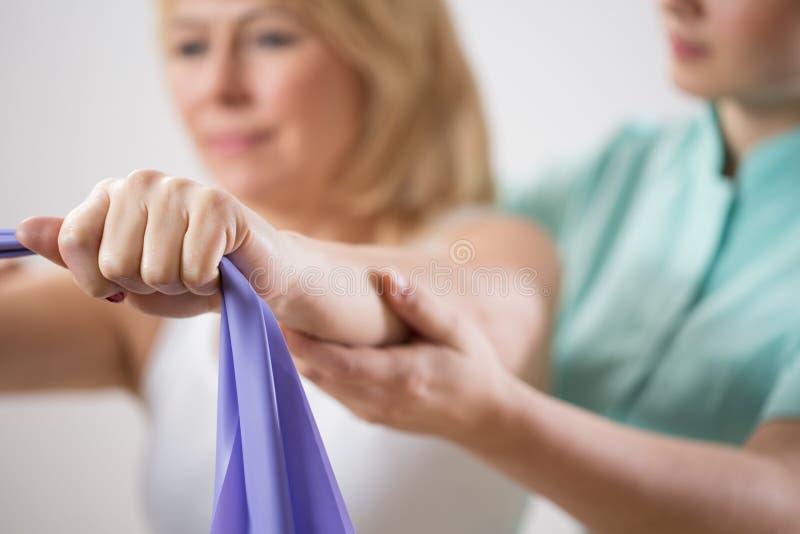 Treinamento da mulher com faixa do exercício fotografia de stock