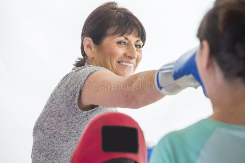 Treinamento da mulher com luvas de encaixotamento foto de stock royalty free
