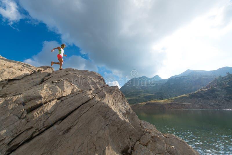 Treinamento da mulher de Skyrunning na montanha imagens de stock royalty free