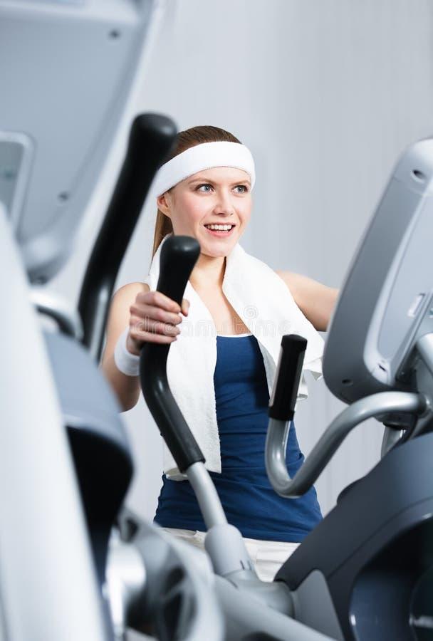 Treinamento da mulher do atleta no treinamento do gym no gym foto de stock royalty free