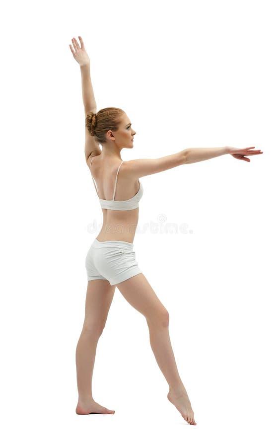 Treinamento da mulher nova da beleza no vestido branco imagem de stock royalty free