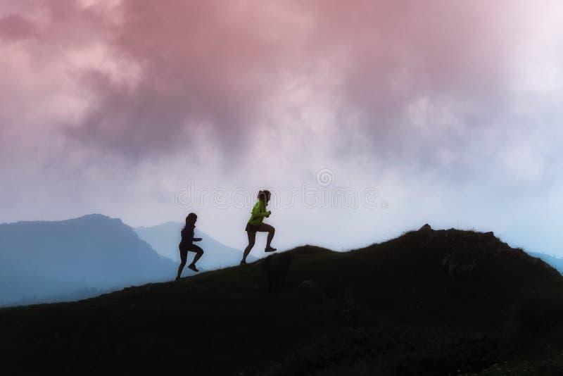 Treinamento de competência da montanha de duas meninas foto de stock