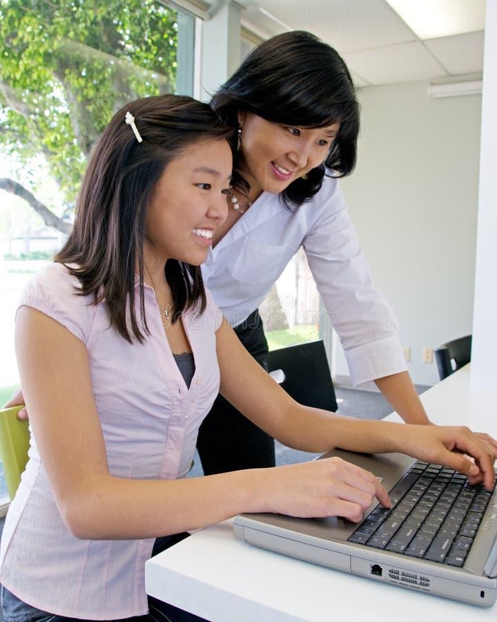Treinamento de computador na escola imagem de stock