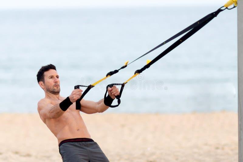 Treinamento de Crossfit na praia fotos de stock royalty free