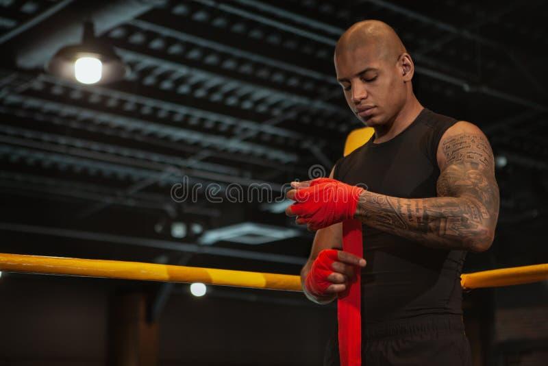 Treinamento de encaixotamento masculino africano considerável do lutador no gym fotografia de stock