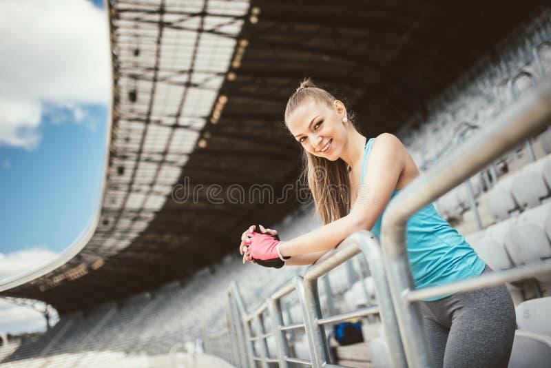 Treinamento de instrutor novo da aptidão em escadas e em dar certo do estádio Aptidão e conceito saudável do estilo de vida fotografia de stock