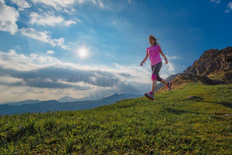 Treinamento de uma maratona da montanha imagens de stock