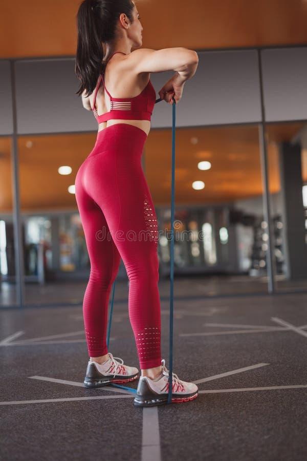 Treinamento desportivo da mulher com faixa da resistência foto de stock royalty free
