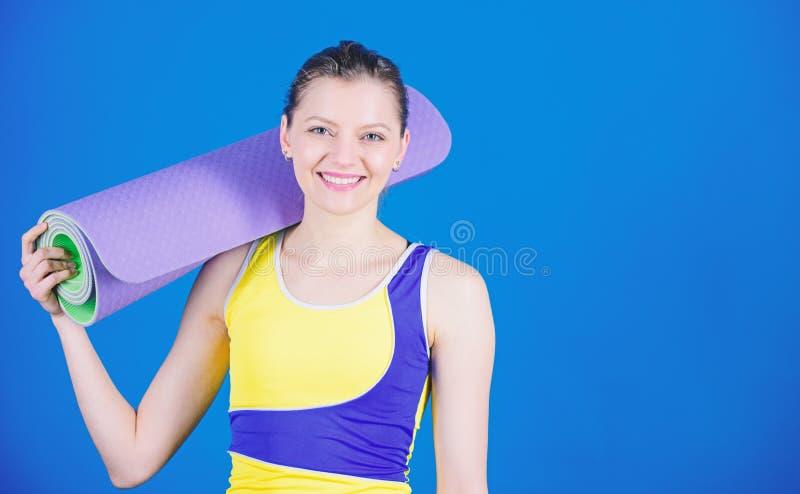 Treinamento desportivo da mulher no Gym Equipamento da esteira do esporte Aptid?o atl?tica M?sculos fortes e poder Dieta da sa?de foto de stock royalty free