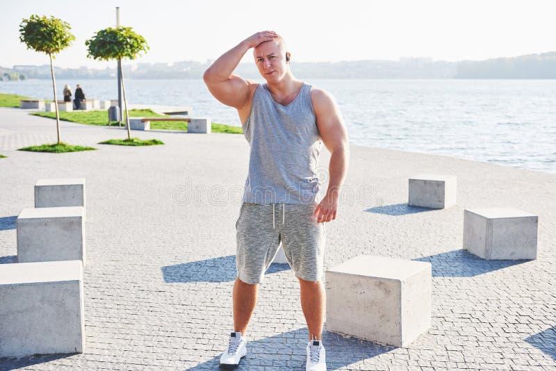Treinamento do atleta do basculador e fazer exercício masculinos novos fora na cidade imagem de stock royalty free