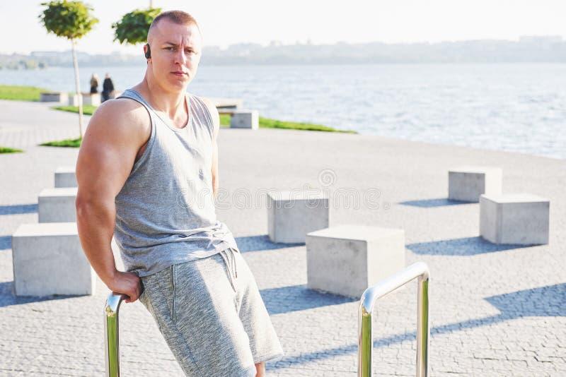 Treinamento do atleta do basculador e fazer exercício masculinos novos fora na cidade fotografia de stock royalty free