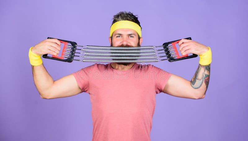 Treinamento do atleta com expansor da caixa Atleta farpado do homem que exercita com equipamento do expansor Junte-se a minha cla fotos de stock royalty free