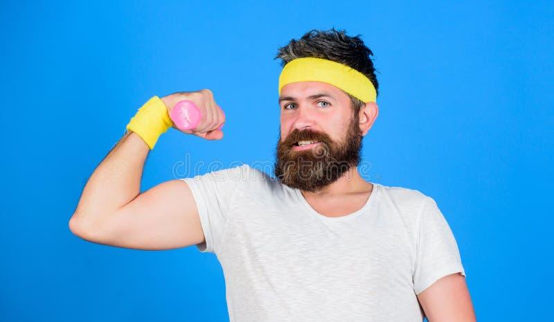 Treinamento do atleta com peso bonito Atleta farpado do homem que exercita o peso Se você quer ser forte motivated imagens de stock royalty free