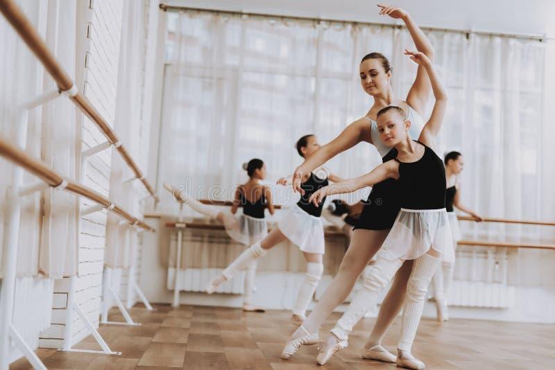 Treinamento do bailado do grupo de meninas com professor fotos de stock royalty free