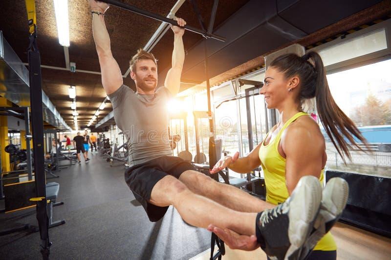 Treinamento do corpo no fitness center fotos de stock royalty free