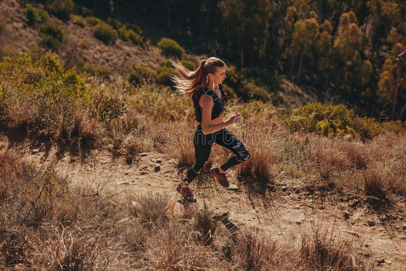 Treinamento do corredor da fuga da mulher para a corrida do corta-mato foto de stock royalty free
