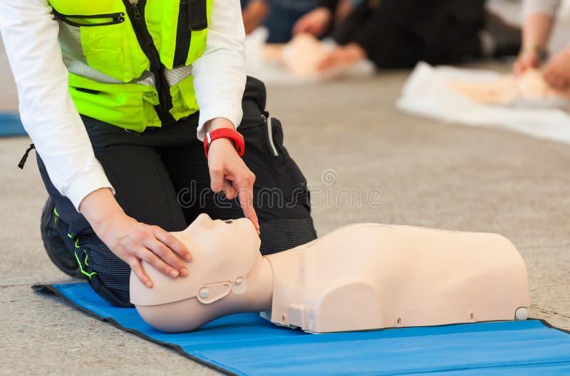 Treinamento do CPR com manequim fotos de stock royalty free