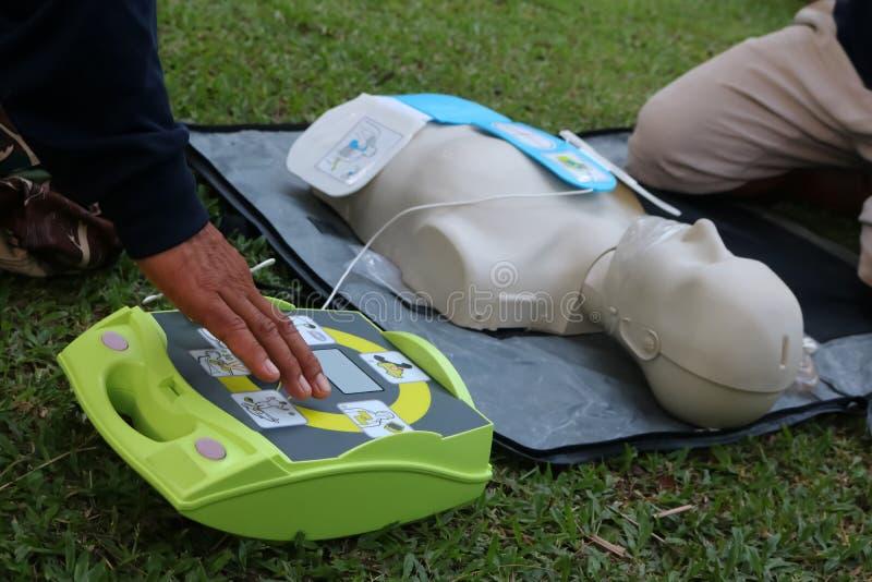 Treinamento do CPR e do AED para o salvamento e os primeiros socorros fotos de stock