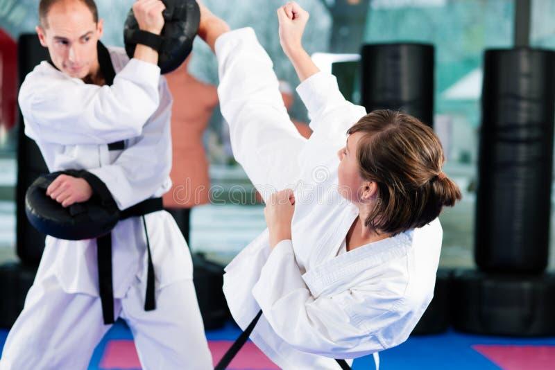 Treinamento do esporte das artes marciais na ginástica foto de stock