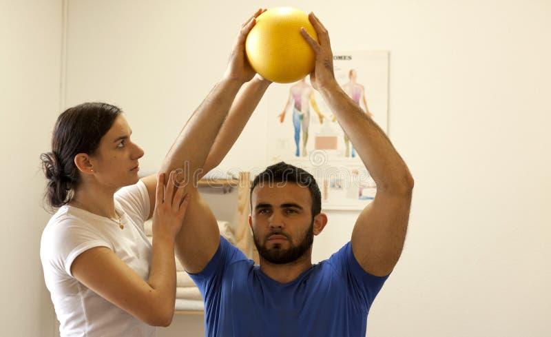 Treinamento do fisioterapeuta com paciente imagens de stock royalty free