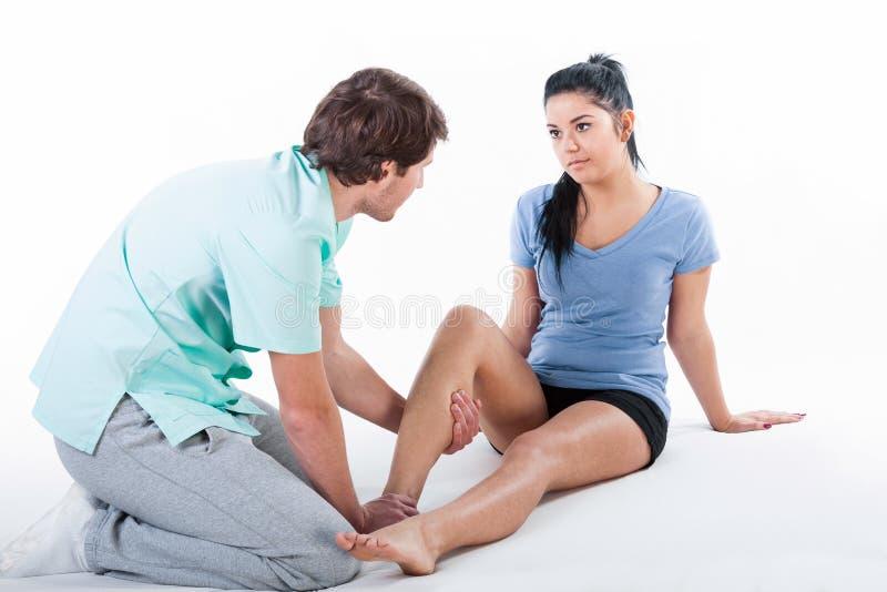 Treinamento do fisioterapeuta com paciente imagem de stock
