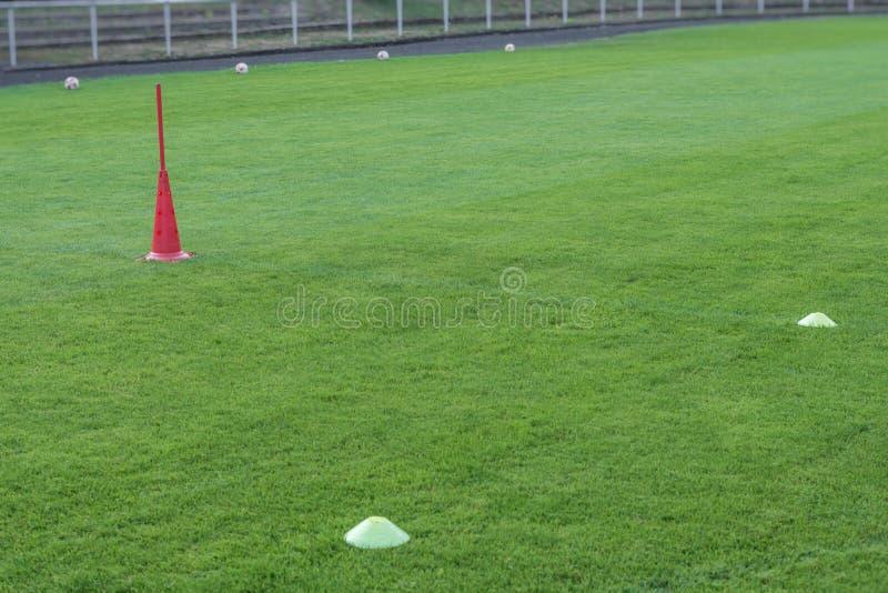 Treinamento do futebol profissional com chapéus e bolas imagens de stock