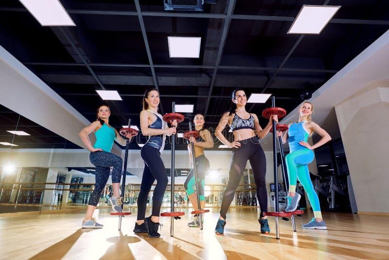 Treinamento do grupo das meninas no gym imagens de stock