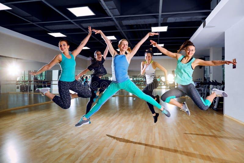 Treinamento do grupo das meninas no gym fotos de stock royalty free