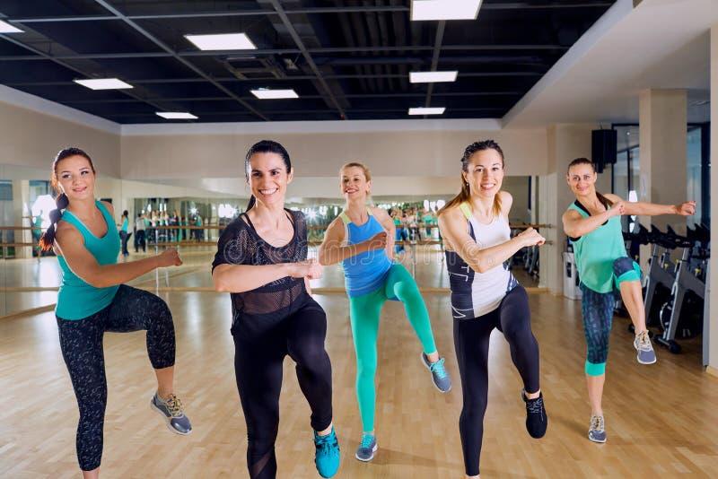 Treinamento do grupo das meninas no gym imagens de stock royalty free